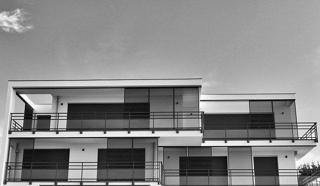 Dom jednorodzinny czy mieszkanie – co wybrać?